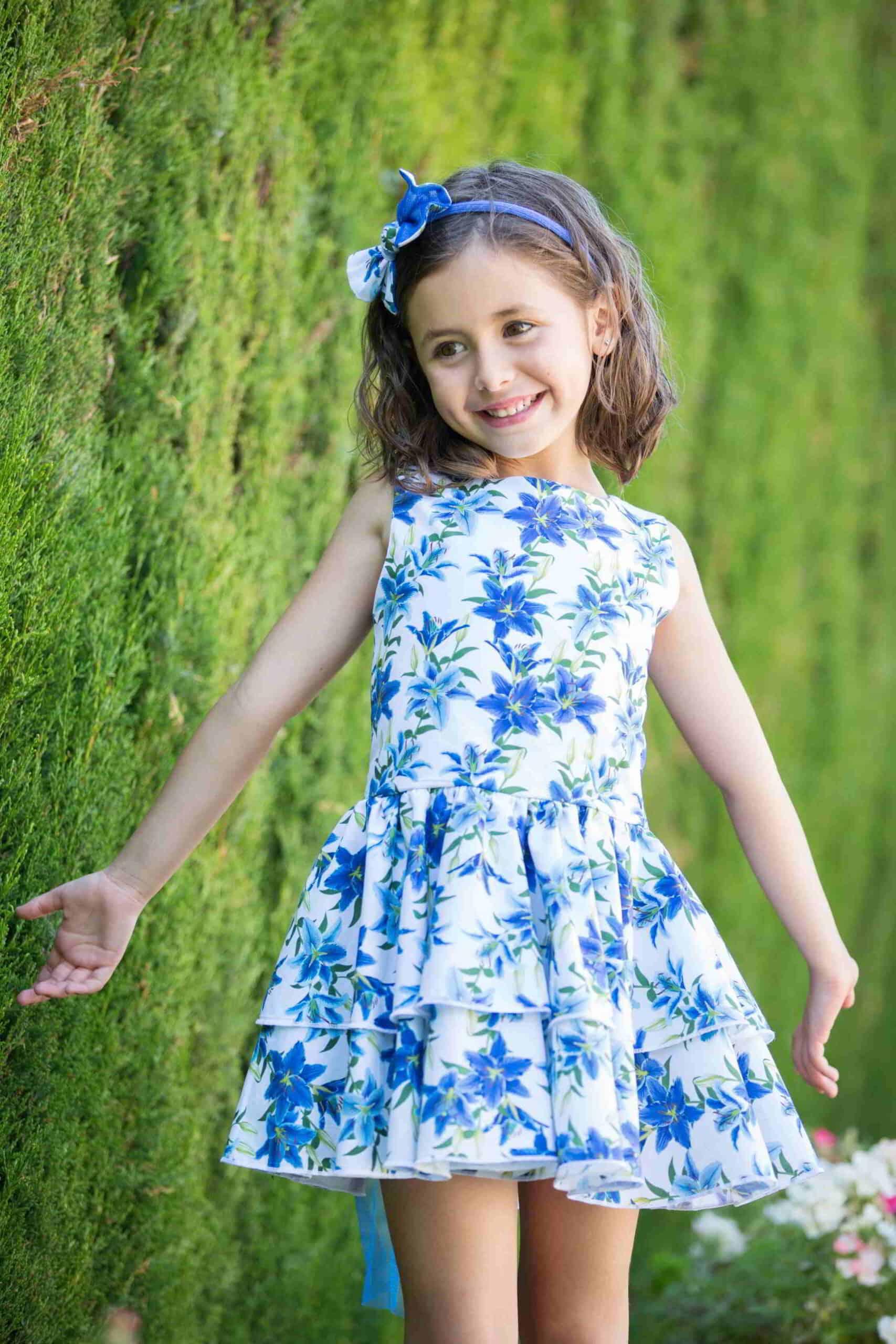Niña con vestido floral verano
